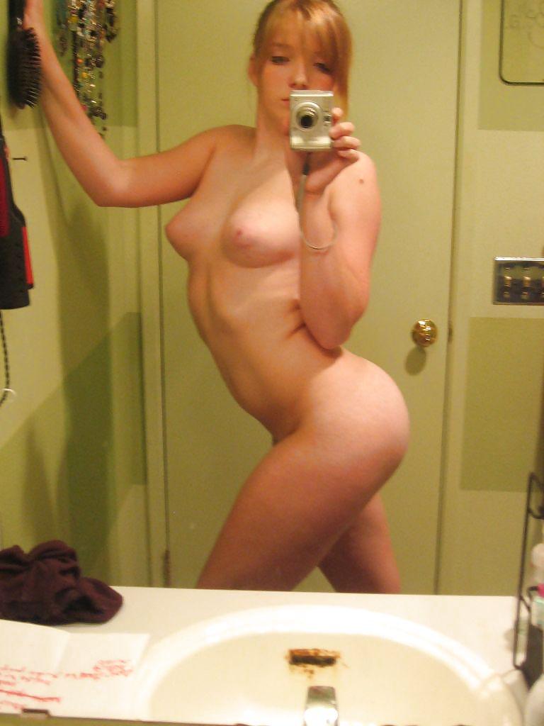 русские женщины фотографируют себя дома голыми наклониться снять